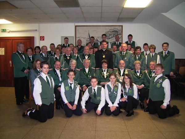 Sankt Sebastianus Schützenbruderschaft Biesfeld im Jahre 2007 mit Kaiserpaar Karl Heinz und UschiIrlenbusch, Präses Harald Fischer
